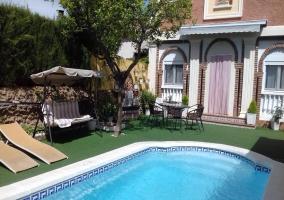 Fachada de la casa y piscina