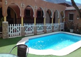 La piscina con hamacas