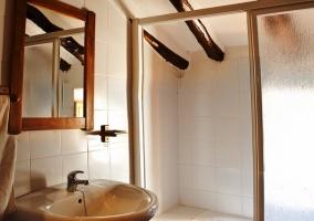 Baño blanco con espejo de madera