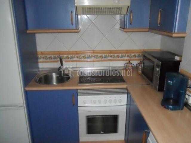 Cocina con armarios en tonos azules