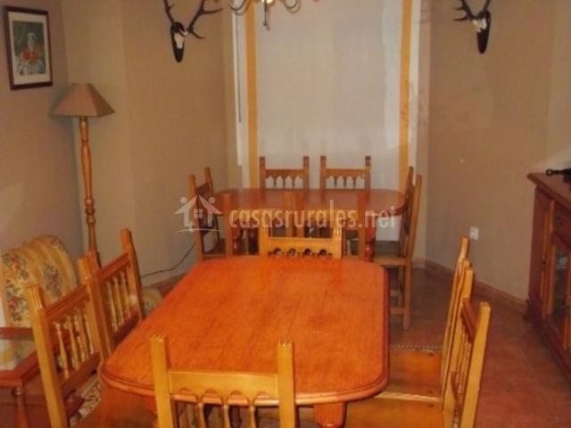 Comedor con mesas de madera repletas de sillas