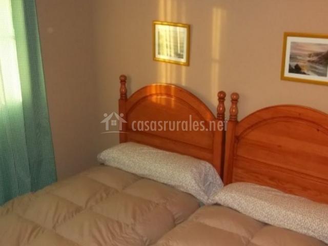 Dormitorio doble con edredones en tonos beige