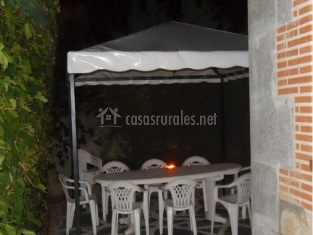 Vistas del porche con mesa y sillas de color blanco