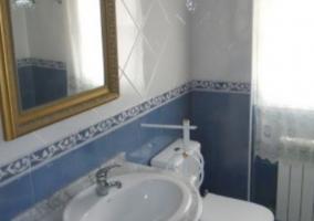Aseo de la casa en color azul y blanco