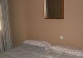 Dormitorio doble con colchas en tonos blancos