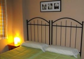 Dormitorio doble con colchas en tonos verdes