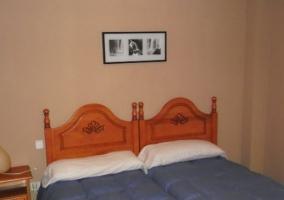Dormitorio doble con edredones en tonos azules