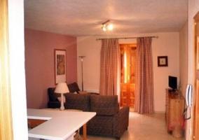 Sala de estar con dos sillones en L y mesa baja