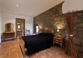 habitación con dos camas y piedra
