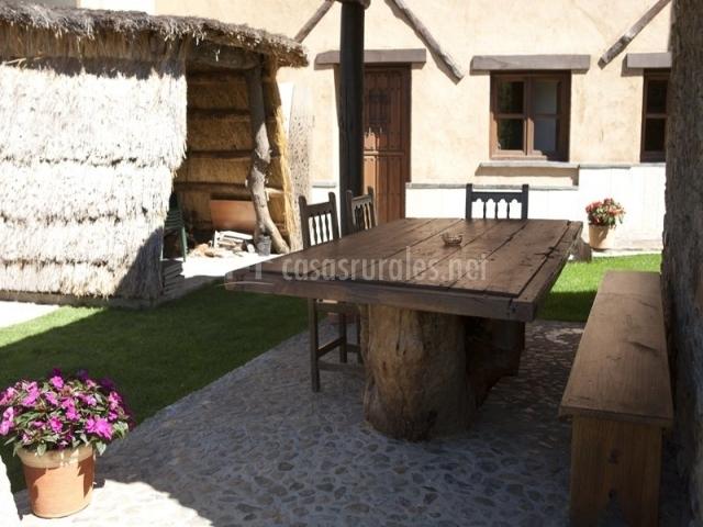 Porche con mesa hecha con troncos