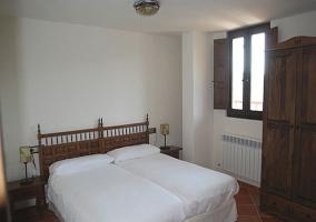 Habitación doble con armario de madera