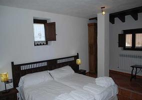 Habitación doble con dos alturas y ventana