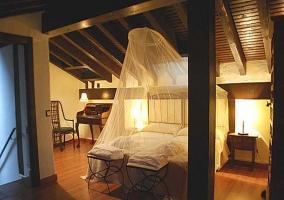 Habitación doble con mosquitera y decoracion con muebles restaurados