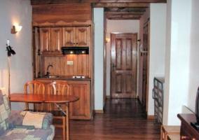 Cocina comedor con barra de madera y sillones