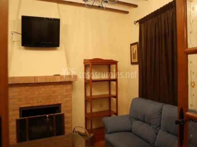 Sala de estar con televisión
