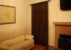 Comodo sofá junto a la chimenea