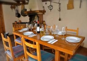 Chimenea y mesas en el porche