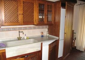Cocina con lavavajillas y nevera