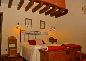 Dormitorio con cabecero en hierro de matrimonio