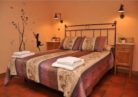 Dormitorio con cama de matrimonio naranja