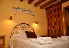 Dormitorio con pared decorada