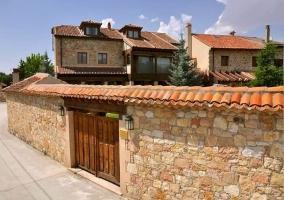 Exterior con fachada de piedra
