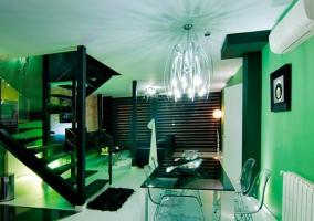 Salón de paredes verde turquesa y escaleras negras