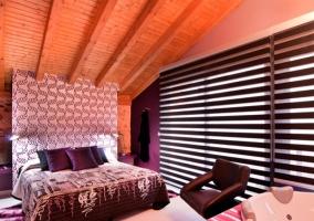 Habitación con lámparas alargadas junto a la cama