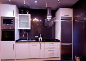 Cocina con muebles en color blanco