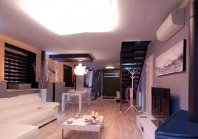 Salón con sofá grande de color blanco