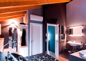 Habitación con televisor sobre la puerta