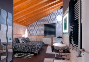 Habitación con secador de toallas junto al aseo