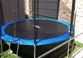 Cama elástica redonda en el patio