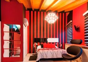 Habitación roja con aire acondicionado sobre la puerta