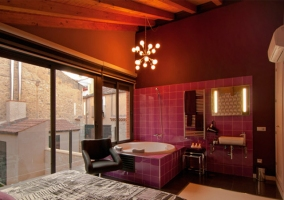 Habitación con pared negra y azulejos morados