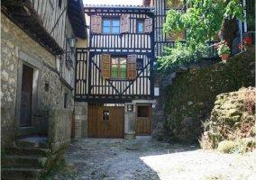 Fachada principal de la casa rural en el pueblo