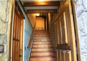 Escaleras de acceso al interior de la casa rural