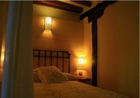 Habitación con cama matrimonial de la casa rural
