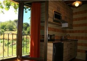 Cocina de la casa rural con ventana abierta