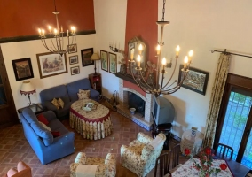 Sala de estar amplia con mesa