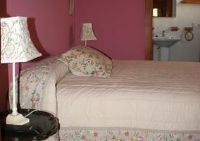 Habitación con cama de matrimonio y servicio