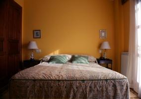 Habitación cama doble con mesillas