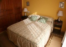 Habitación con cama de matrimonio y gran armario