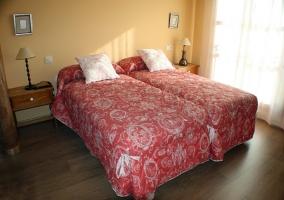 Habitación con dos camas individuales y mesillas