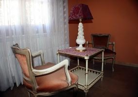 Habitación mesa y sillas