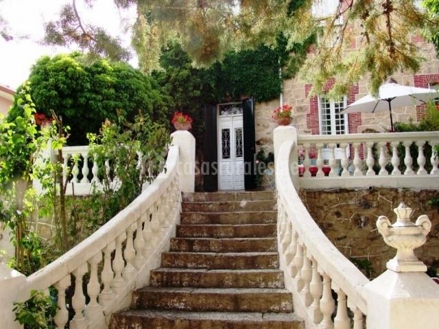 Villa carmen del rosal en miraflores de la sierra madrid for Escaleras entrada casa