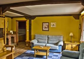 Salón con 2 sofas y chimenea