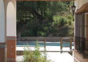 Acceso a la piscina desde la Casa