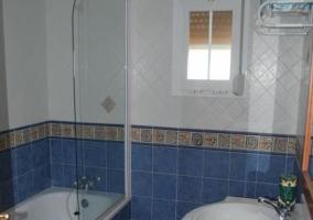 Cuarto de baño azul con bañera