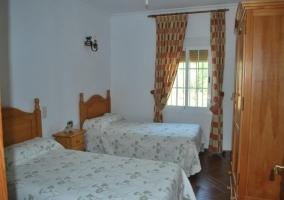 Dormitorio con dos camas y armario